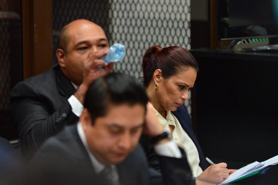 Durante la audiencia de primera declaración Baldetti realiza apuntes cuando se reproducen escuchas. (Foto: Jesús Alfonso/Soy502)