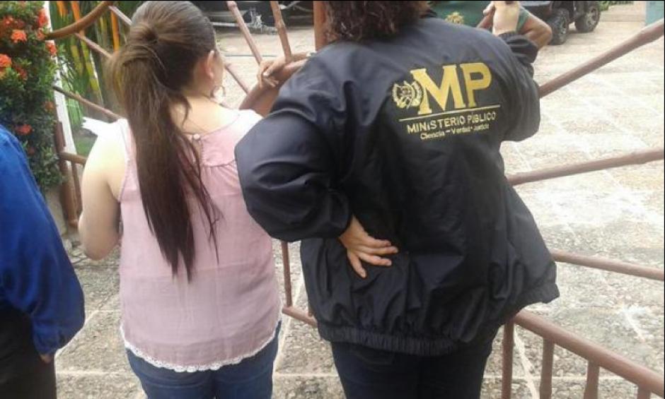 Fiscales del MP trabajan en la inmovilización de los bienes de la casa de Juan Gaviota, Escuintla. (Foto: MP)