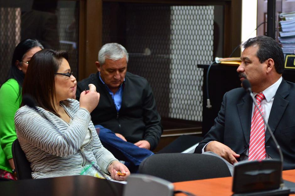 Sus abogados e incluso asistentes del juez Gálvez recibieron chocolates. (Foto: Jesús Alfonso/Soy502)