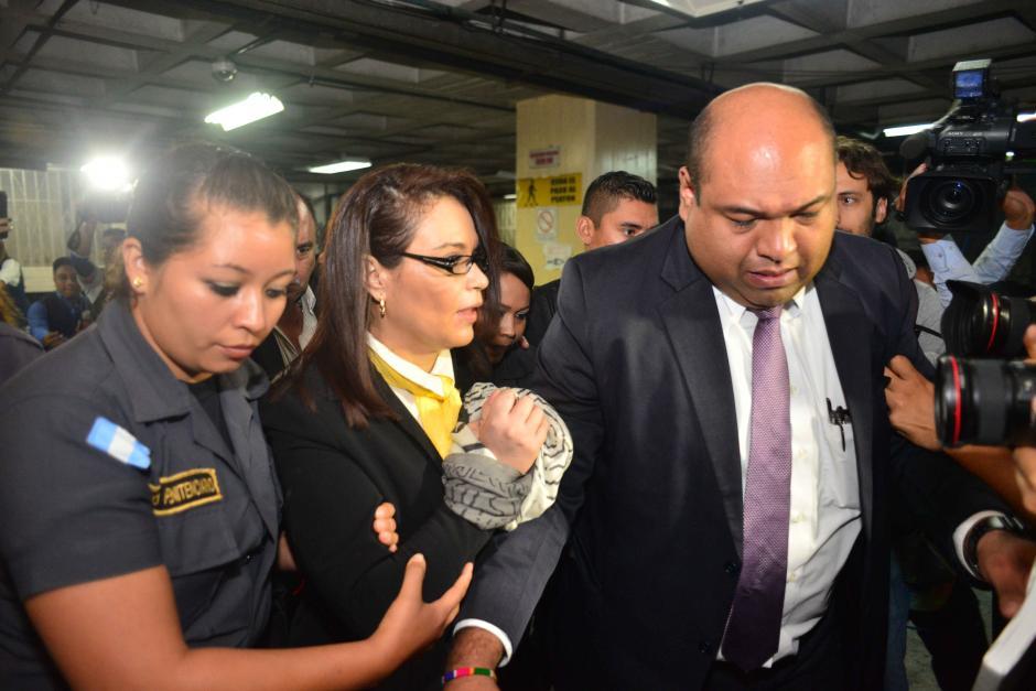 Roxana Baldetti evitó hablar con los medios de comunicación a su ingreso a la Torre de Tribunales. (Foto: Jesús Alfonso/Soy502)