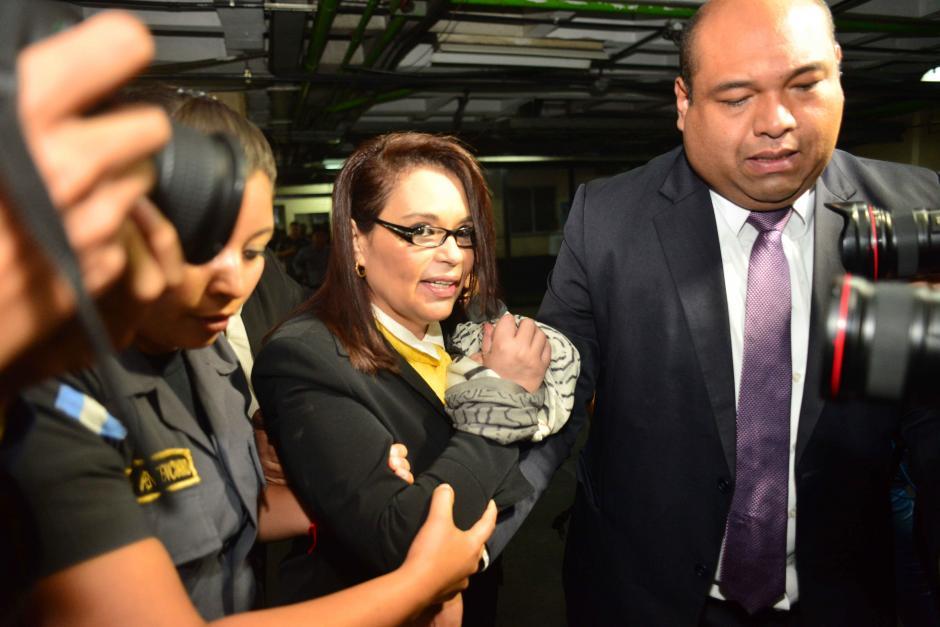La exvicepresidenta Roxana Baldetti fue acompañada del abogado Benjamín Estrada quien anunció su renuncia. (Foto: Jesús Alfonso/Soy502)