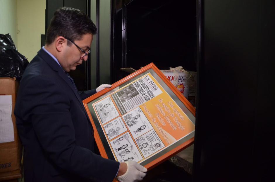 La falsificación de una portada del diario La Hora fue encontrada en la oficina que ocupó Baldetti. (Foto: cortesía José Castro)