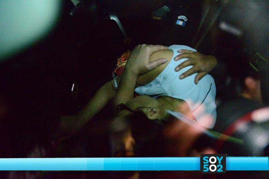Agachada e intentando cubrirse el rostro adentro de la camioneta negra, Roxana Baldetti ingresó a la cárcel de Matamoros. (Foto: Wilder López/Soy502)