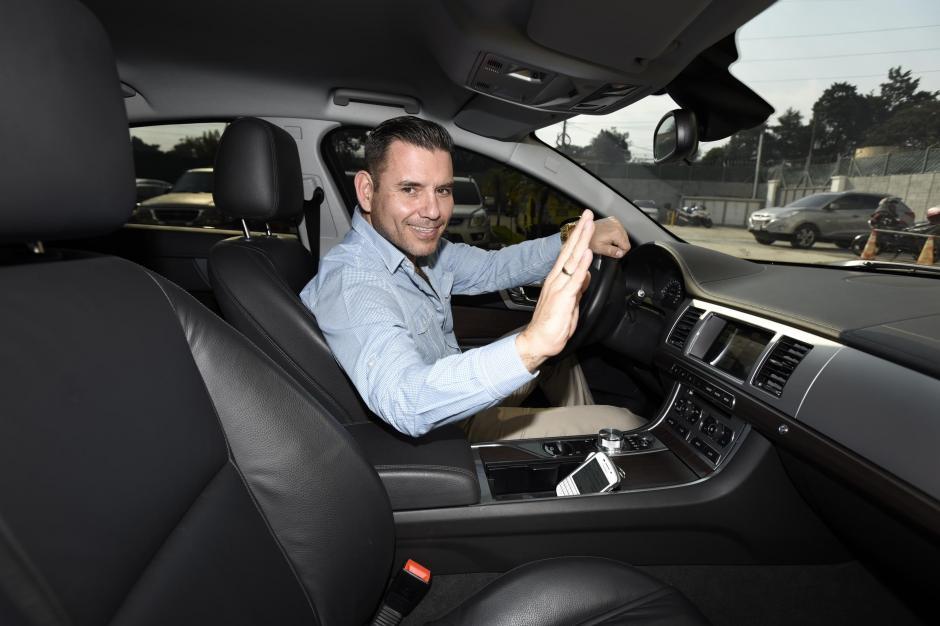 Sin la seguridad que lo acompañó en la campaña, Baldizón conduce ahora su propio Jaguar XF. (Foto: Nuestro Diario)