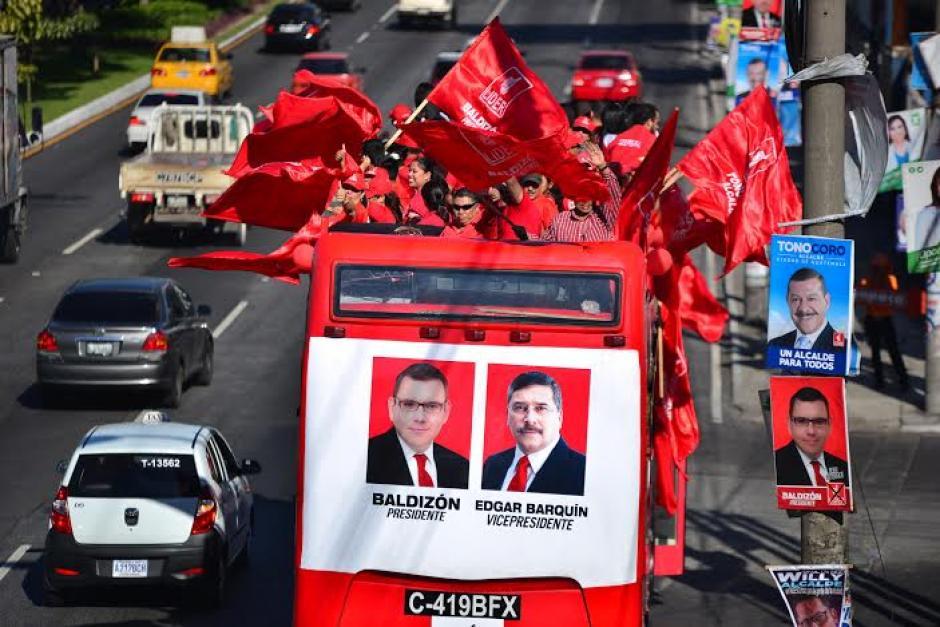 Las caras de Manuel Baldizón y Edgar Barquín figuran en la parte trasera del bus. (Foto: Wilder López/Soy502)