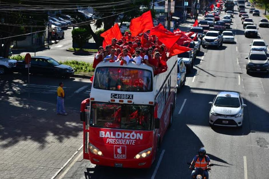 El bus con varios simpatizantes y candidatos a cargos públicos recorre varios lugares de la capital. (Foto: Wilder López/Soy502)