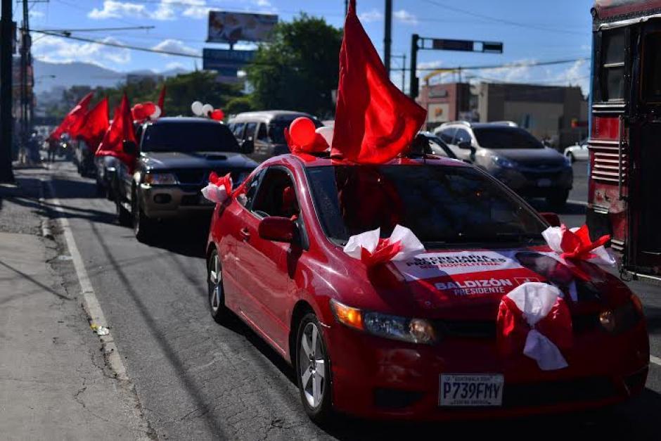 La caravana es acompañada por varios vehículos con los colores de Lider. (Foto: Wilder López/Soy502)