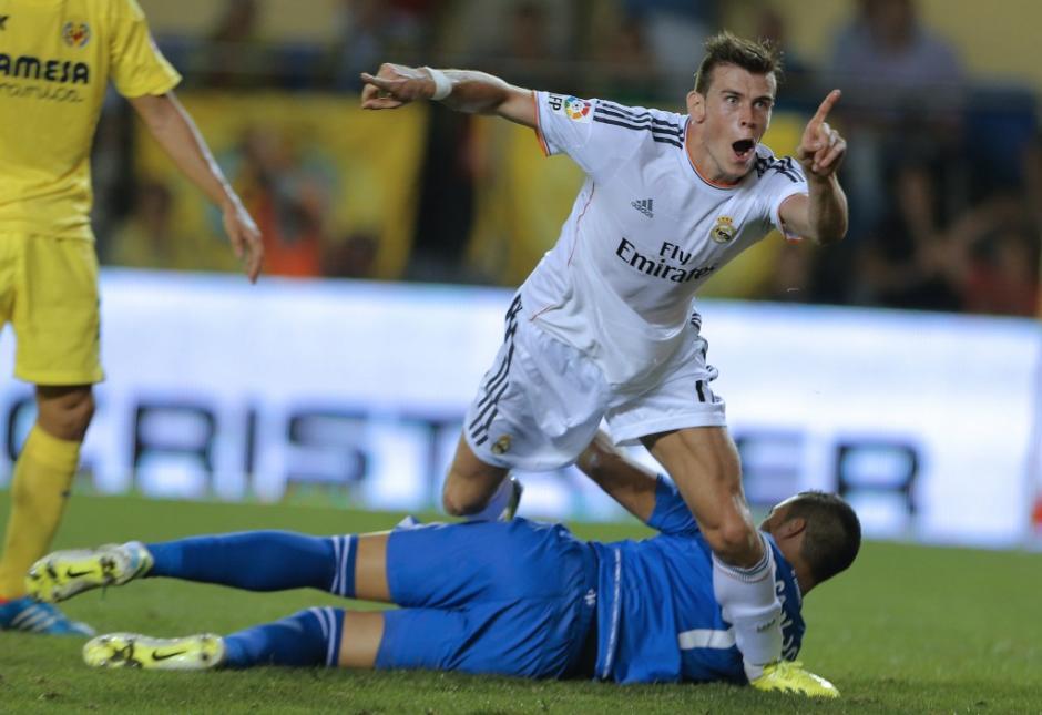 El delantero galés del Real Madrid Gareth Bale celebra después de anotardurante su primer partido de fútbol en la liga española en el duelo Villarreal CF vs Real Madrid CF en el estadio de El Madrigal en Villarreal el 14 de septiembre de 2013.(Foto:AFP/ JOSE JORDAN)
