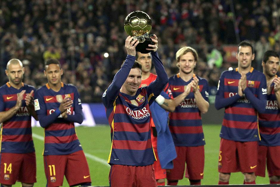 Messi posó con su quinto Balón de Oro y fue homenajeado en el Camp Nou. Anotó un gol pero en el segundo tiempo salió por precaución. (Foto: EFE)