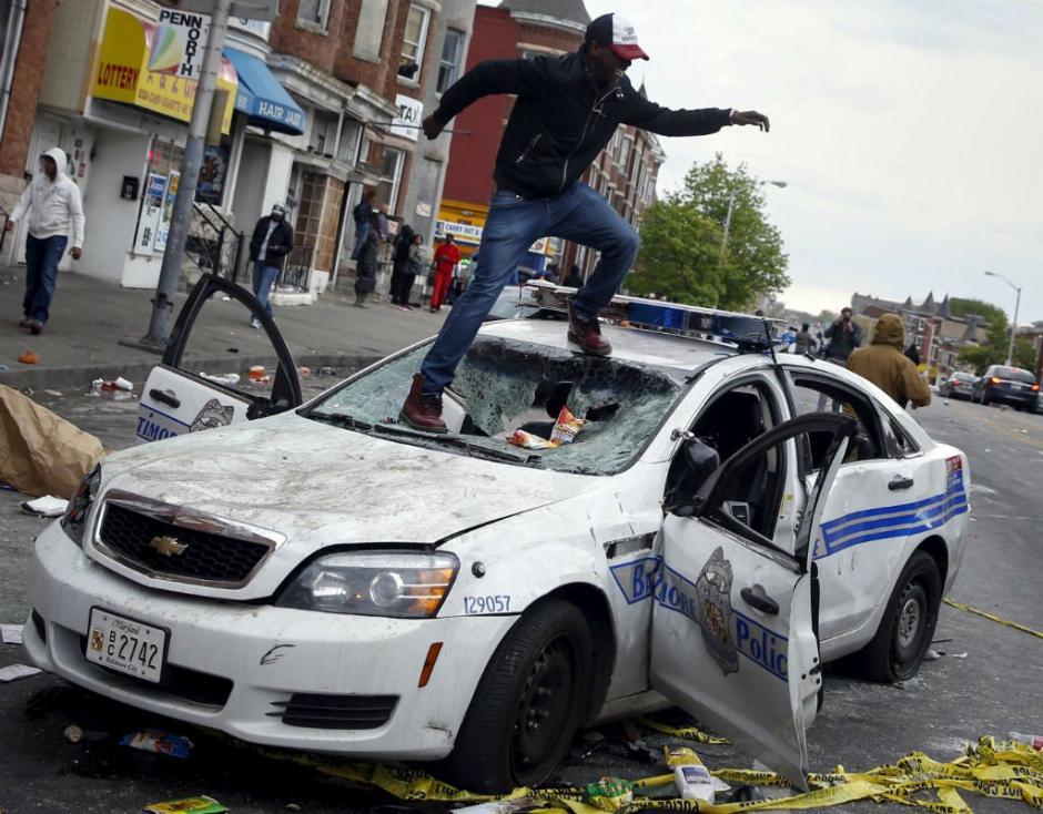 Freddie Gray, un hombre de color de 25 años, fallece el 19 de abril como consecuencia de la ruptura de tres vértebras al ser capturado por agentes de la policía de Baltimore, California, Estados Unidos, lo cual provocó violentas manifestaciones en el lugar. (Foto: vistazo.com)