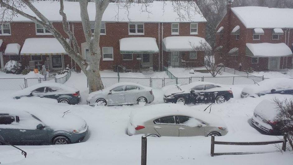 En Baltimore, una gruesa capa de nieve dificultó el tránsito vehicular. (Foto: Facebook/Jenner Aguirre)