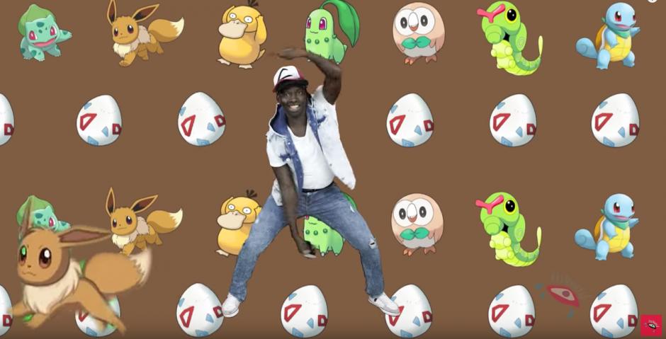 El rapero trata de atrapar Pokémones. (Captura de pantalla: Udisea/YouTube)