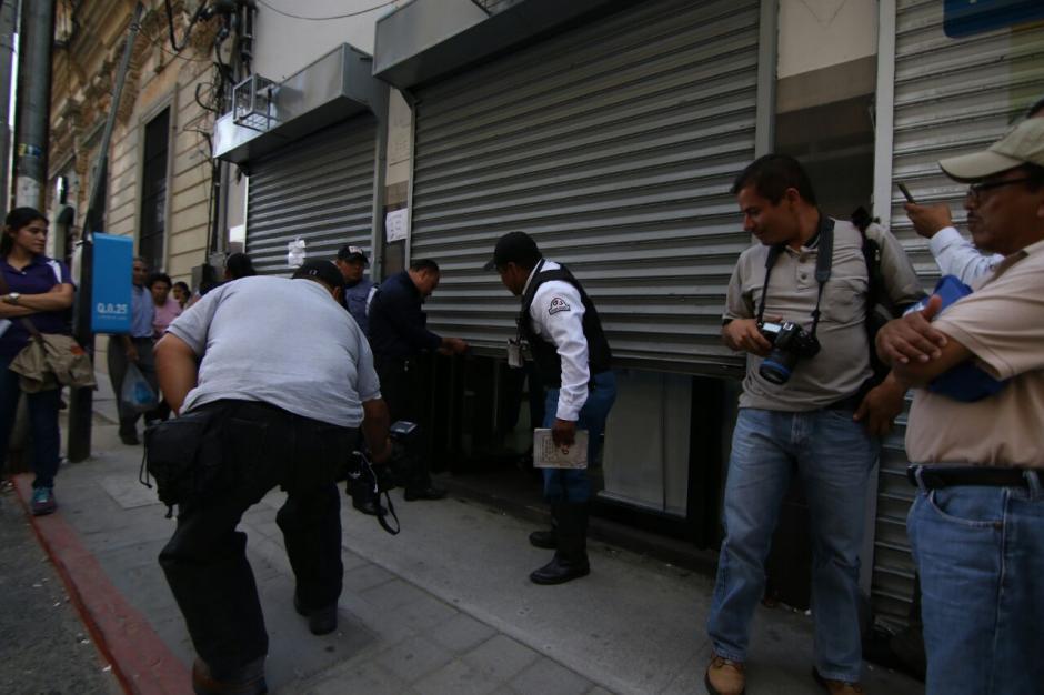 Las autoridades trabajan en la escena del crimen. (Foto: Alejandro Balán/Soy502)