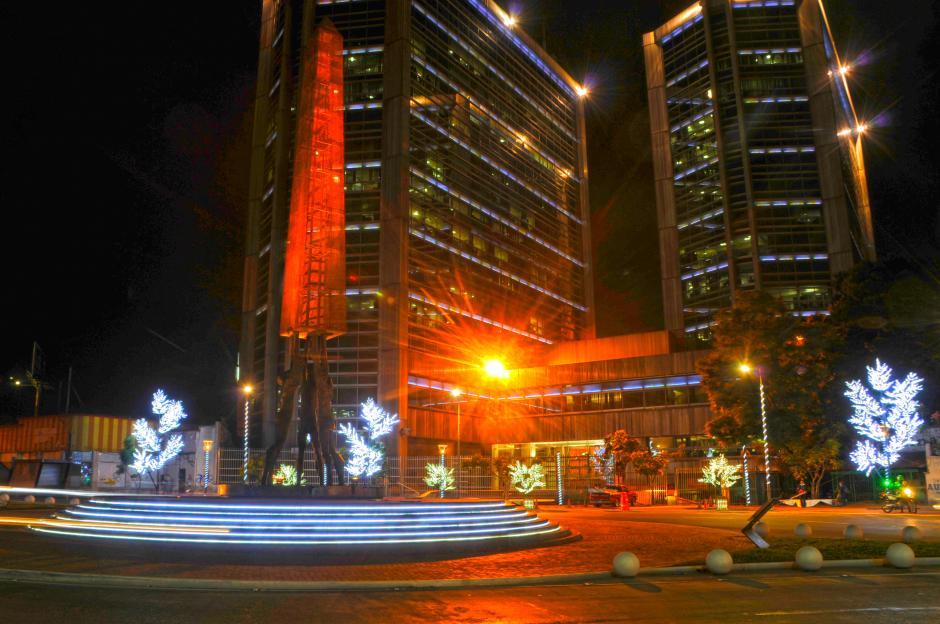 La Plaza del Banco Industrial, en la zona 4, fue decorada para la Navidad. (Foto: Esteban Biba/Soy502)