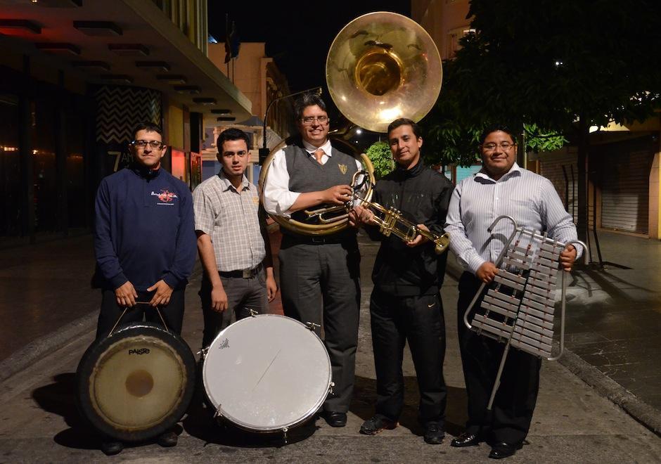"""Las """"Marchas Fúnebres"""" son posibles gracias a músicos profesionales que se dedican a agregar su arte a las procesiones guatemaltecas. (Foto: Selene Mejía/Soy502)"""