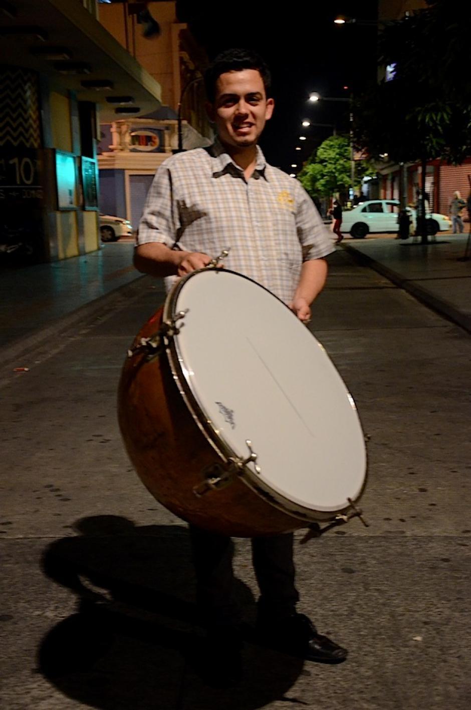 Oscar Mena es el vocal primero de la asociación, se encarga del cermeño y a percusión. (Foto: Selene Mejía/Soy502)