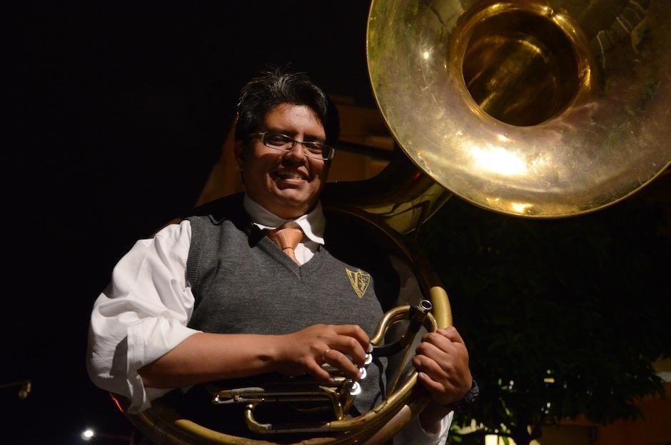 """Luis Pirir dirige la Asociación """"Sacra Armonía"""", formada por las bandas más importantes que integran las marchas fúnebres en la época de cuaresma. (Foto: Selene Mejía/Soy502)"""