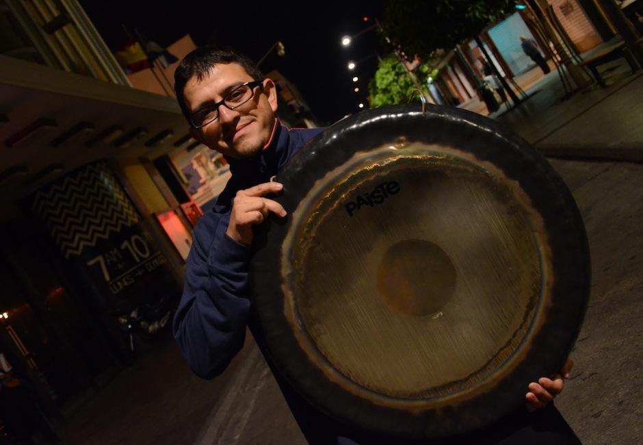 Marco Antonio Subuyuj, vocal segundo de la asociación, sostiene un Gong, instrumento de percusión indispensable en la marcha. (Foto: Selene Mejía/Soy502)