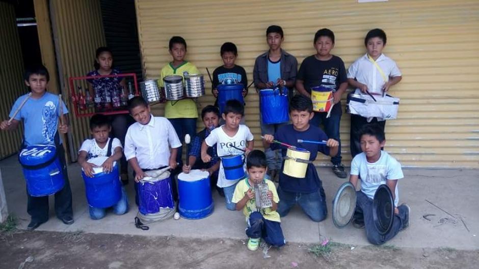 Estudiantes crean instrumentos musicales con materiales reciclados. (Foto: @princes_evelyn)