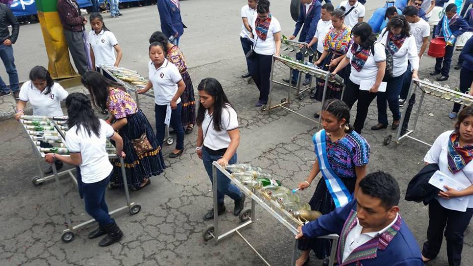 Estudiantes del Liceo Quetzalteco interpretaron varias melodías con instrumentos que reciclaron. (Foto: Facebook Julia Barrera)