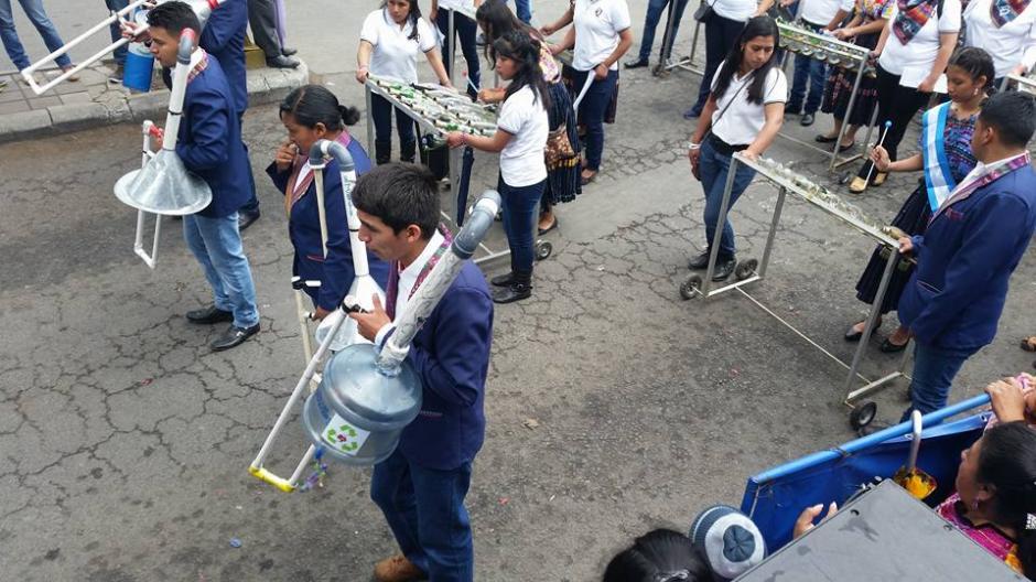 La banda escolar participó en el desfile para celebrar la Independencia de Guatemala. (Foto: Facebook Julia Barrera)