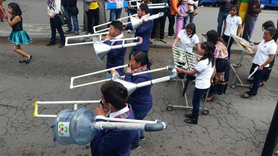 Para fabricar los instrumentos utilizaron garrafones para depositar agua pura, tubos de PVC, entre otros materiales. (Foto: Facebook Julia Barrera)