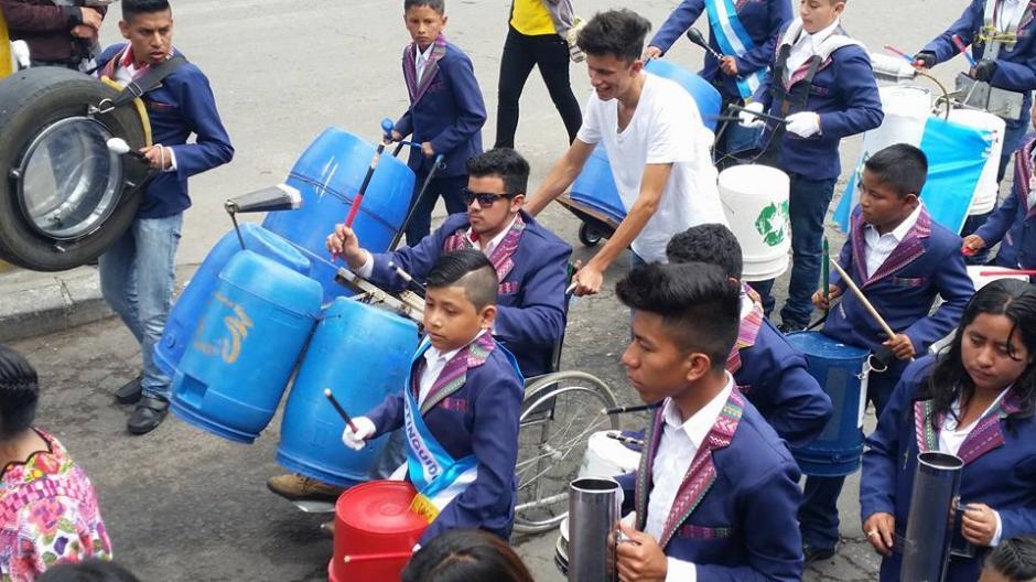 Los asistentes quedaron impresionados con la interpretación de los alumnos del Liceo Quetzaltenco. (Foto: Facebook Julia Barrera)