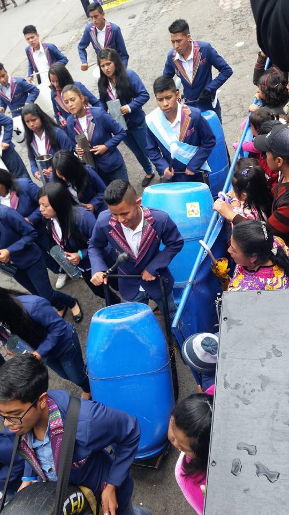 La bandas escolares son tradicionales en Guatemala en los desfiles para celebrar la Independencia. (Foto: Facebook Julia Barrera)