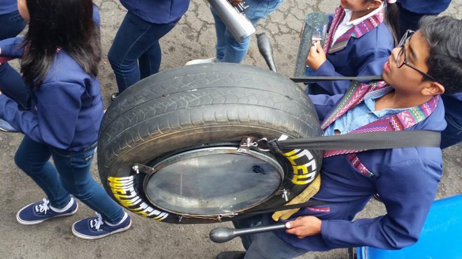 Llantas que fueron desechadas también fueron utilizadas por los jóvenes para armar los instrumentos musicales. (Foto: Facebook Julia Barrera)