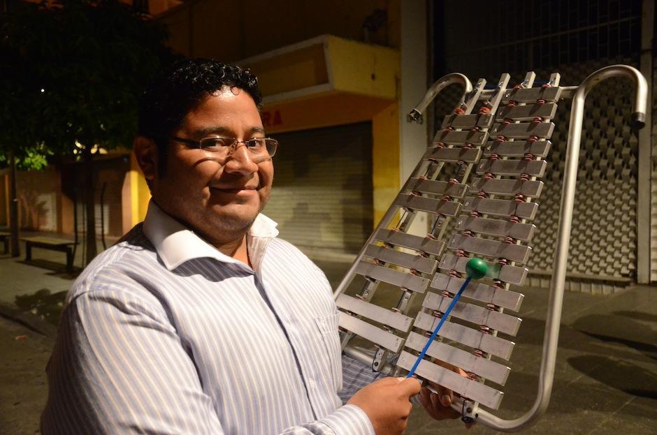 Marco Antonio González, es el Primer Director Adjunto, la Lira agrega nostalgia a las piezas musicales. (Foto: Selene Mejía/Soy502)