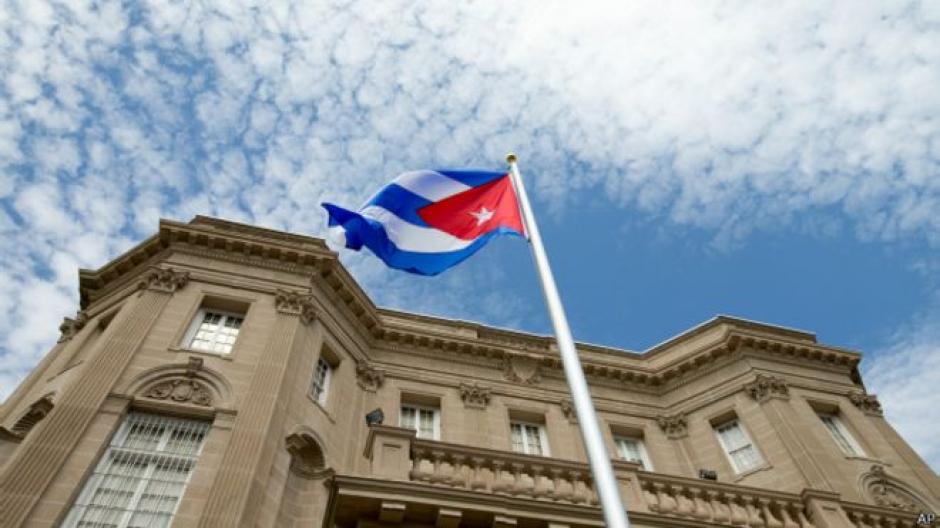 La bandera de Cuba ondea frente a su embajada en Washington por primera vez en 54 años. (Foto: BBC)