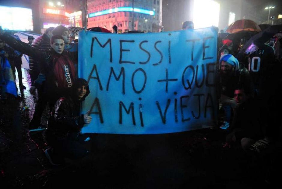 """Pancartas dedicadas al """"10"""" de Barcelona. (Foto: Tomada del diario Olé)"""
