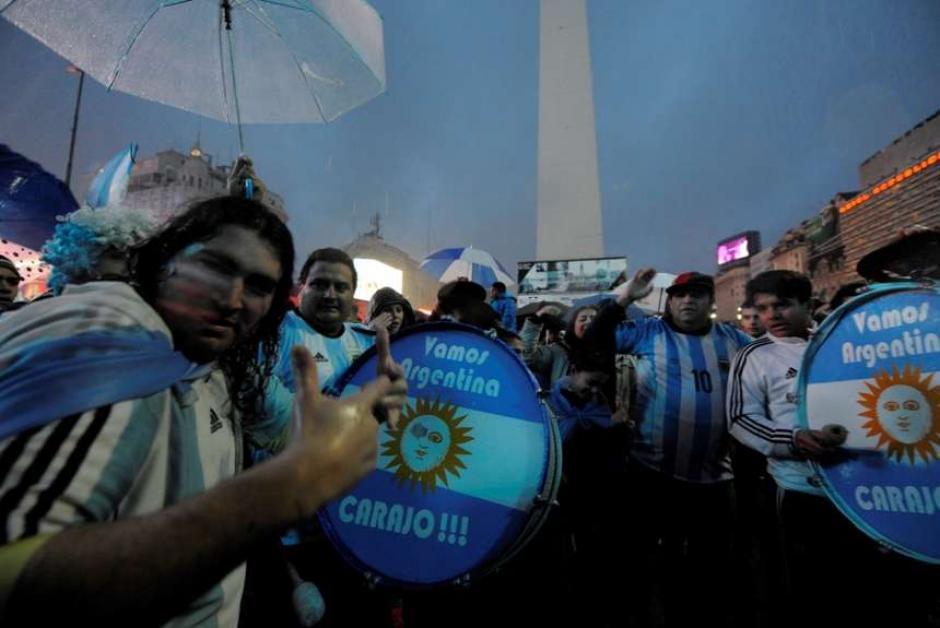 """El Obelisco de la capital argentina se llenó de aficionados para pedir que """"Messi no se vaya de la Selección"""". (Foto: Tomada del diario Olé)"""