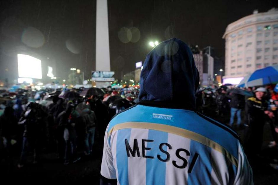 A pesar de la lluvia que cayó en Argentina cientos de aficionados fueron a pedir por Messi. (Foto: Tomada del diario Olé)