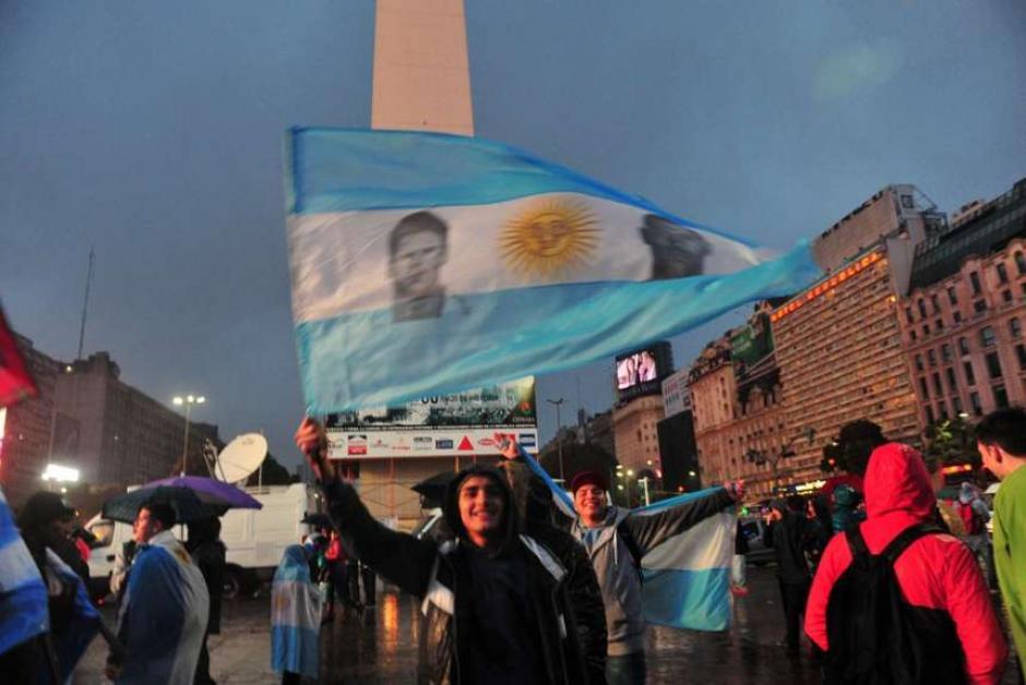 Banderas celeste y blanco con el rostro de Messi fueron vistas en el Obelisco de Buenos Aires. (Foto: Tomada del diario Olé)