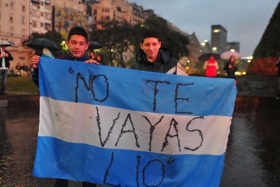 Los argentinos le muestran su apoyo a Messi, quien expresó que no seguiría con la albiceleste. (Foto: Tomada del diario Olé)