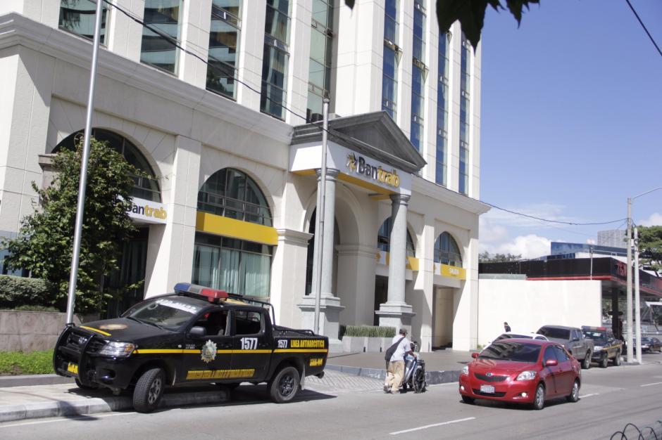 En las oficinas centrales se buscan documentos relacionados con el caso. (Foto: Fredy Hernández/Soy502)