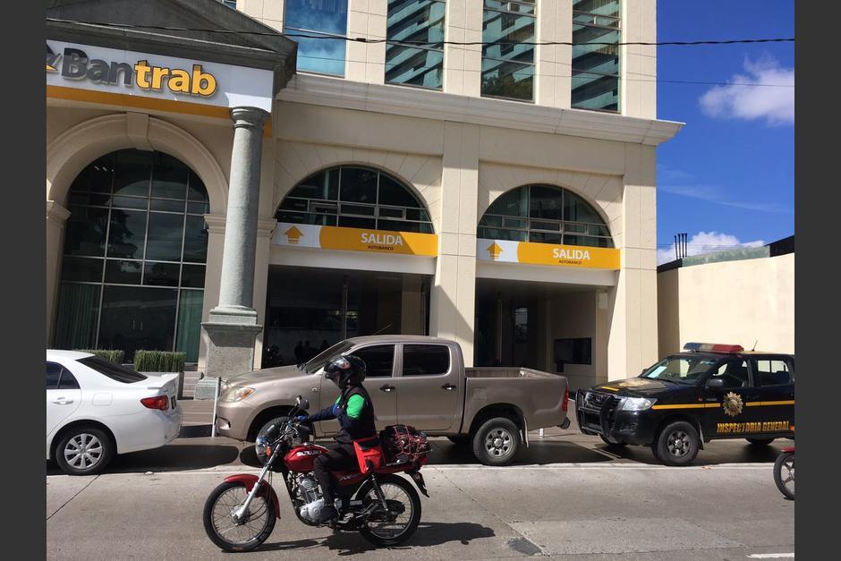 Las autoridades se encuentran en las oficinas centrales del Bantrab de la zona 10. (Foto: Fredy Hernández/Soy502)