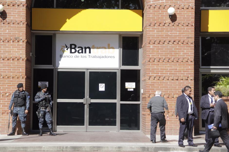 La PNC también está en la sede central del banco en la zona 9. (Foto: Alejandro Balan/Soy502)