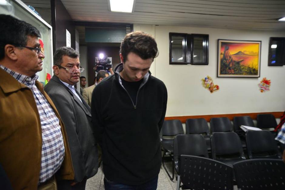 Rodrigo Banús se encontró en la sala de audiencias con Arnoldo Medrano, alcalde de Chinautla. (Foto: Wilder López/Soy502)