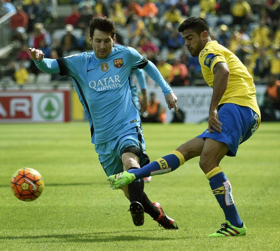 Lionel Messi trata de quitarse la marca de Aythami Artiles en el juego que el Barcelona disputó ante Las Palmas como visitante. (Foto: AFP)