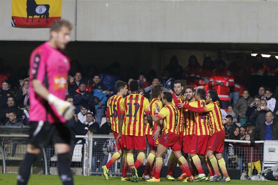 Los jugadores dle barcelona celebran el gol de Fábregas, con el que consiguieron darle la vuelta al marcador en su visita al campo del Cartagena.