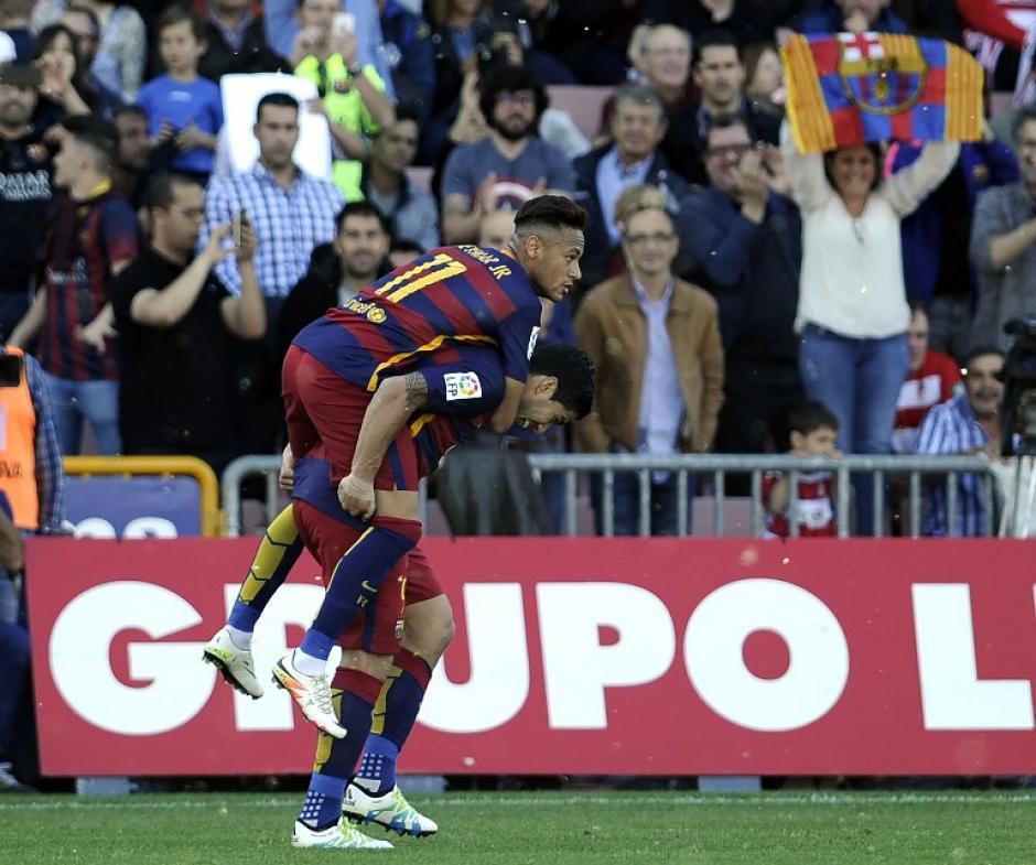Neymar festeja con Luis Suárez, tras el segundo gol del charrúa que es el Pichichi de la Liga. (Foto: AFP)