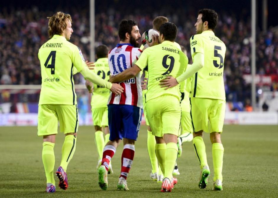 Arda Turan todavía no puede jugar con el Barcelona debido a una sanción impuesta por la FIFA al club catalán