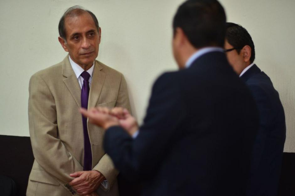 Juan Luis Siekavizza, padre de Cristina Siekavizza, conversa con los fiscales del Ministerio Público. (Foto: Jesús Alfonso/Soy502)