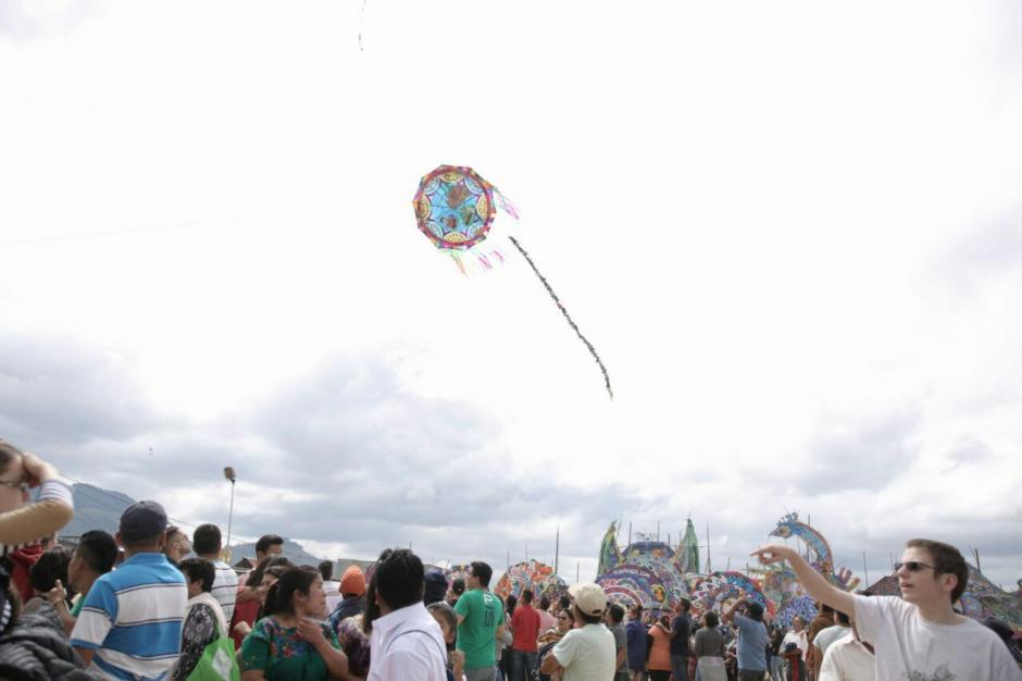 Los barriletes pequeños se elevaron en el cielo de Sumpango. (Foto: George Rojas/ Soy502)