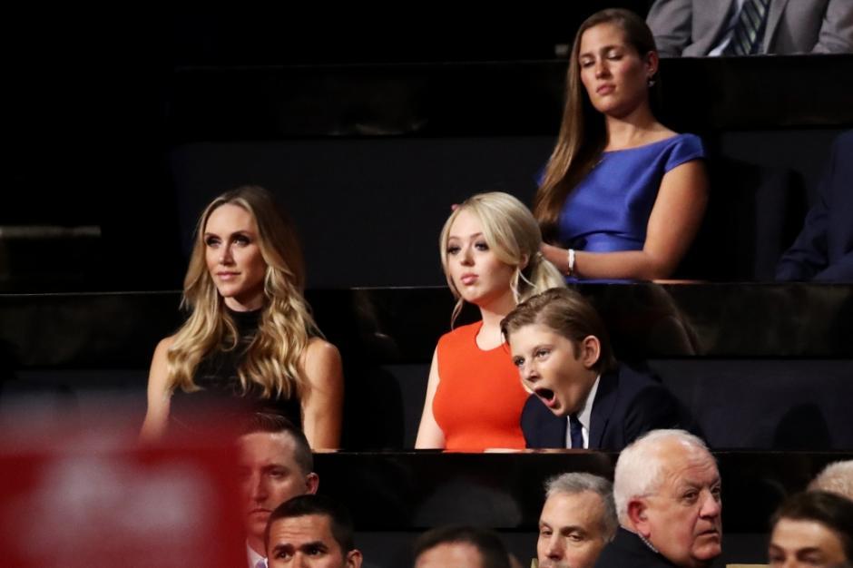 Barron estuvo sentado junto a sus otros cuatro hermanos. (Foto: www.peopleenespanol.com)