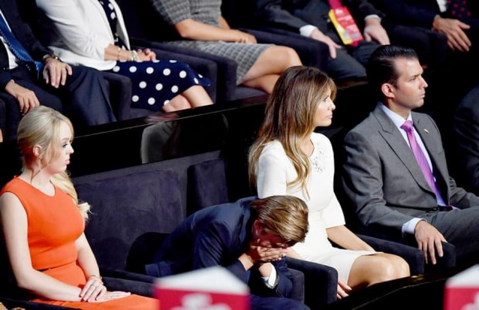 Barron Trump fue captado bostezando durante todo el discurso de su padre. (Foto: www.usmagazine.com)
