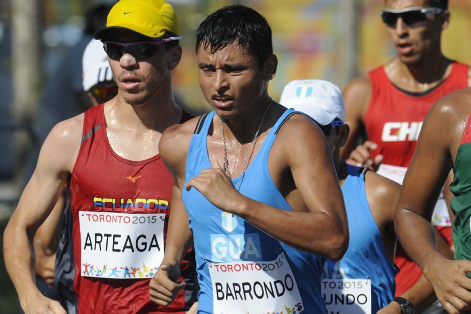 Erick Barrondo luchando ante el grupo principal para poder alcanzar a los punteros. El guatemalteco fue descalificado a pocos metros de la meta. (Foto: Pedro Mijangos/Soy502)