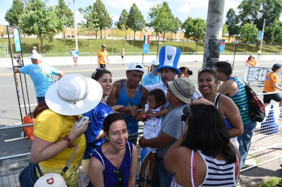 La gente llegó a abrazar a Barrondo luego que este quedara fuera de la competencia